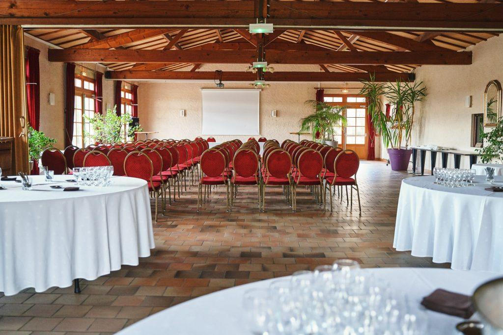 Salle de réception geormone capacipée 100 personnes équipée écrant et video projecteur