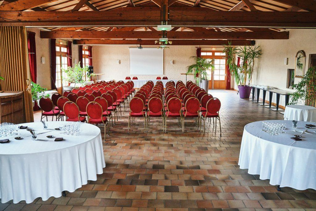 salle geormone pour réception capacité100 personne équipée écran et video projecteur