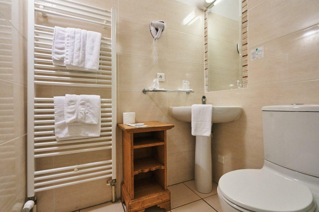 salle de douche équipée sèche cheveux sèche serviette hôtel la flambée bergerac