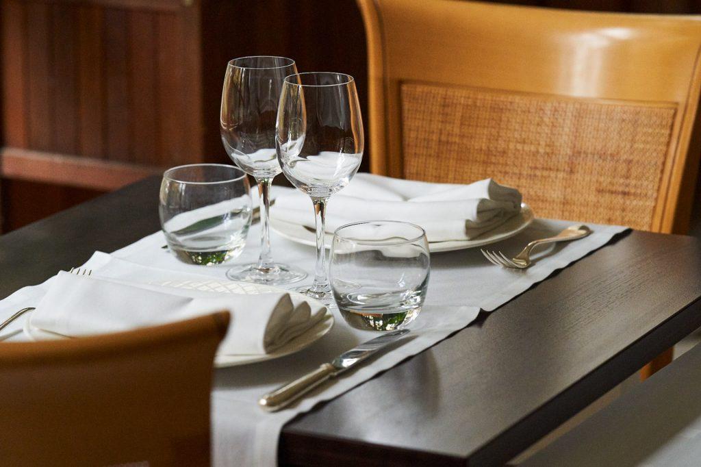 table pour deux dans la salle parc restaurant la flambée à bergerac