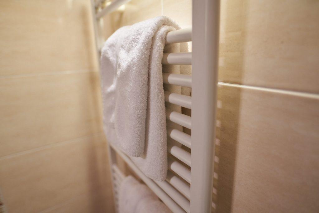 sèche serviette dans toutes les salles d'eaux la flambée bergerac