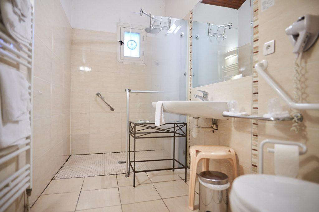 salle de douche pour personne à mobilité réduite la flambée bergerac